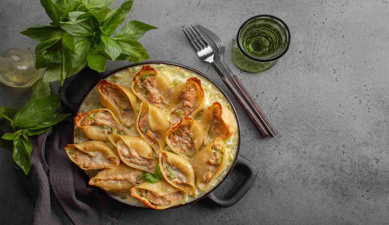 Conchiglioni al forno ripieni con salmone panna e zucchine