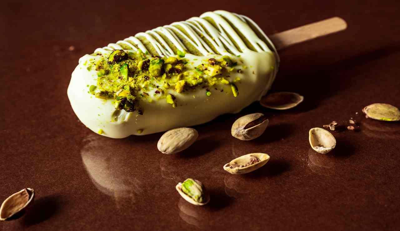 Dolcetti al pistacchio e cioccolato bianco su stecco, sono perfetti per una golosa merenda di cui ne andranno ghiotti grandi e piccini!