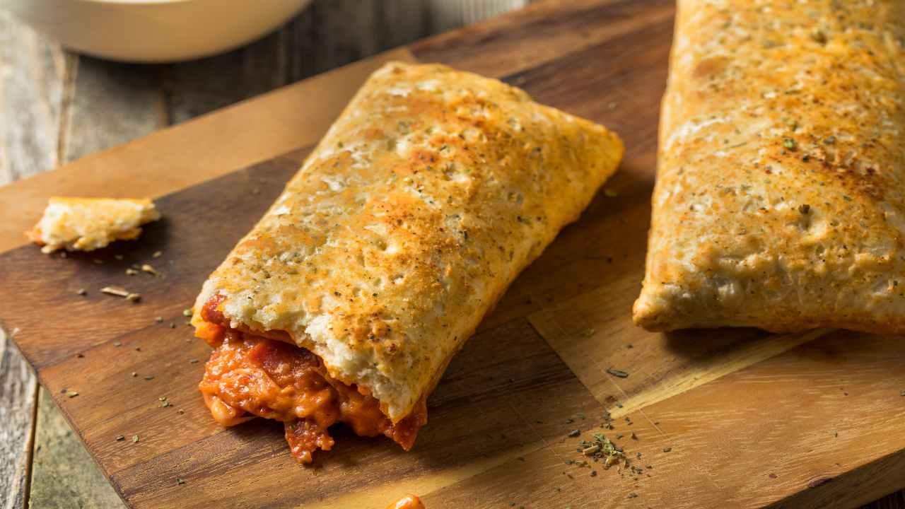 Pizza ripiena pomodoro e mozzarella