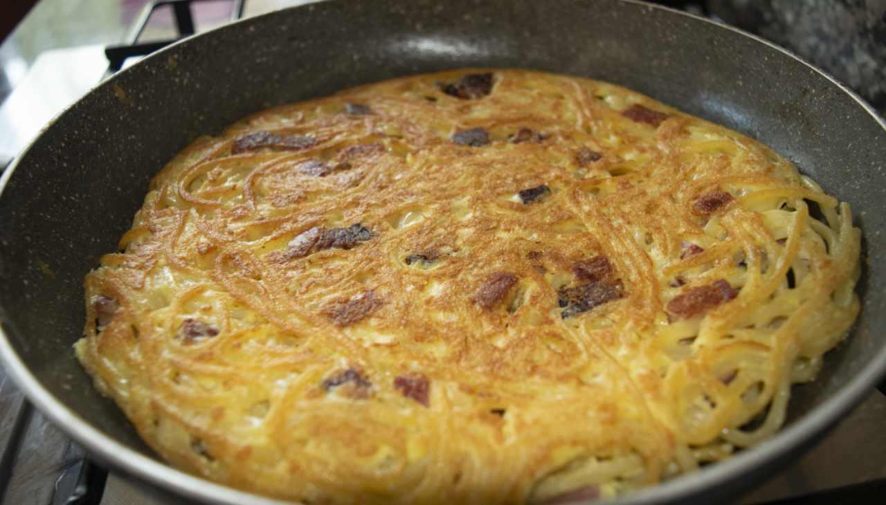 Finger food di pasta uovo, prosciutto e formaggio