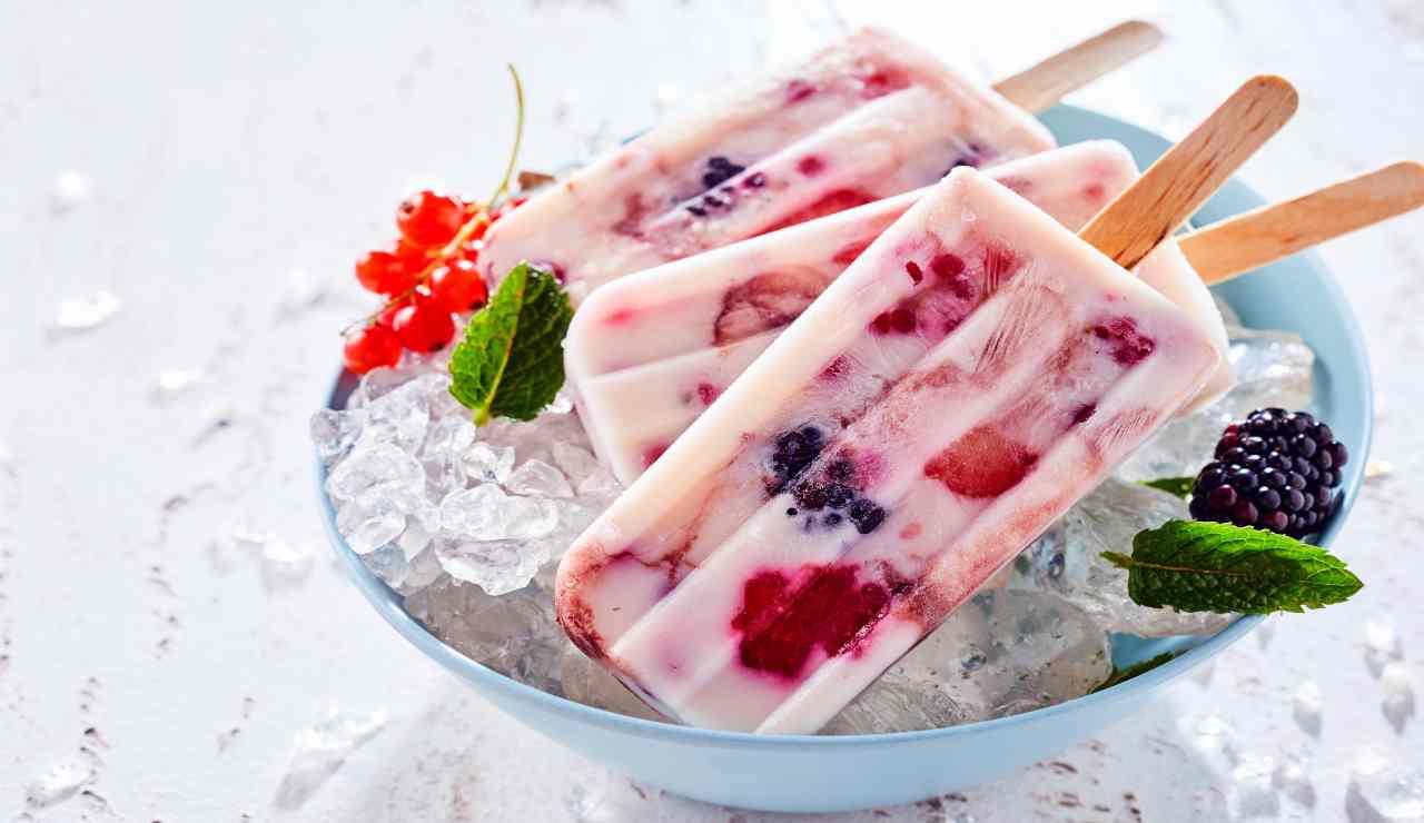 Gelati allo yogurt con more e lamponi