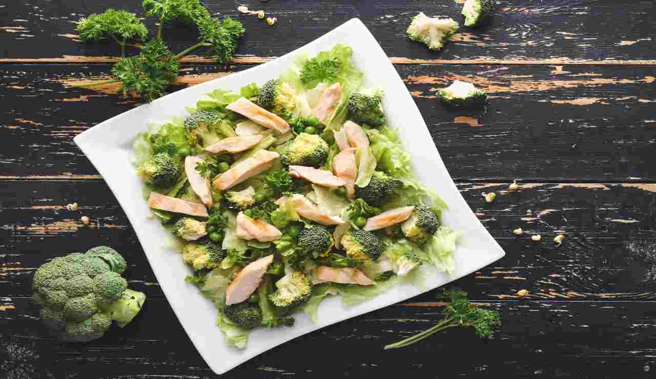 Insalata di pollo con piselli lattughino e broccoli