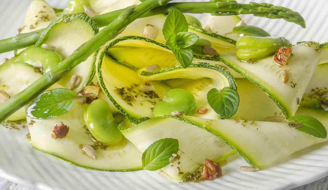 Insalata di zucchine con fave nocciole zenzero e asparagi