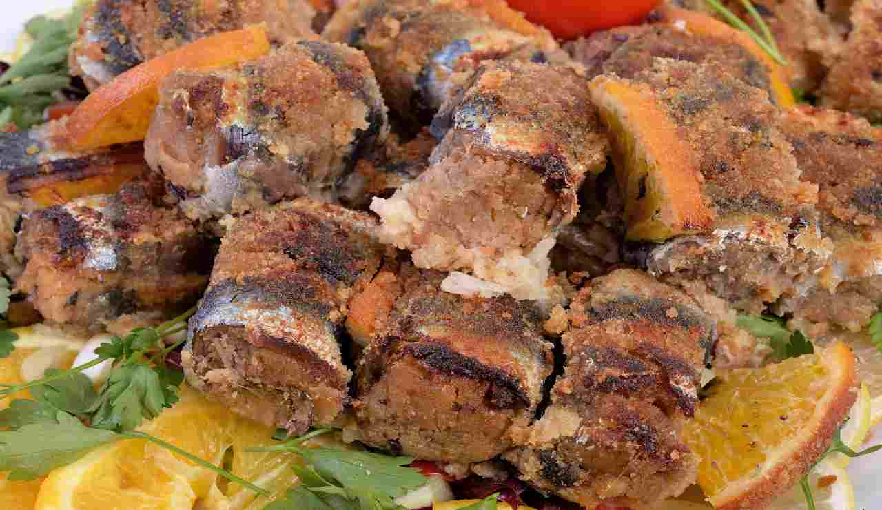 Involtini di alici panate con gamberetti patate e olive nere