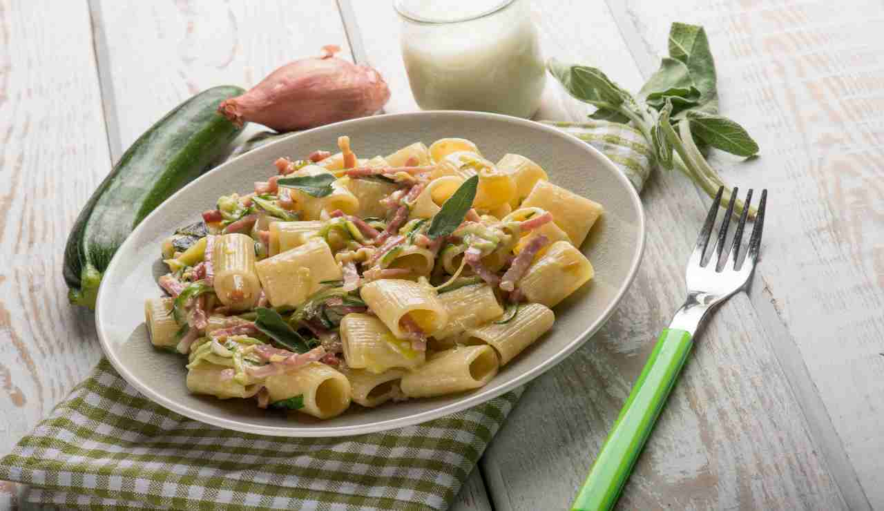 Mezzi rigatoni con speck zucchine alla julienne e salvia