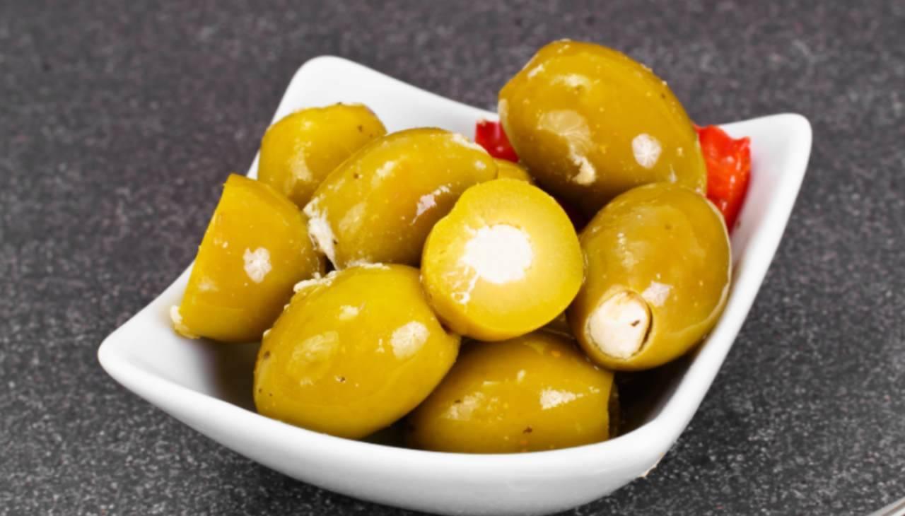 Contorno di olive e ripieno di mollica di pane insaporita