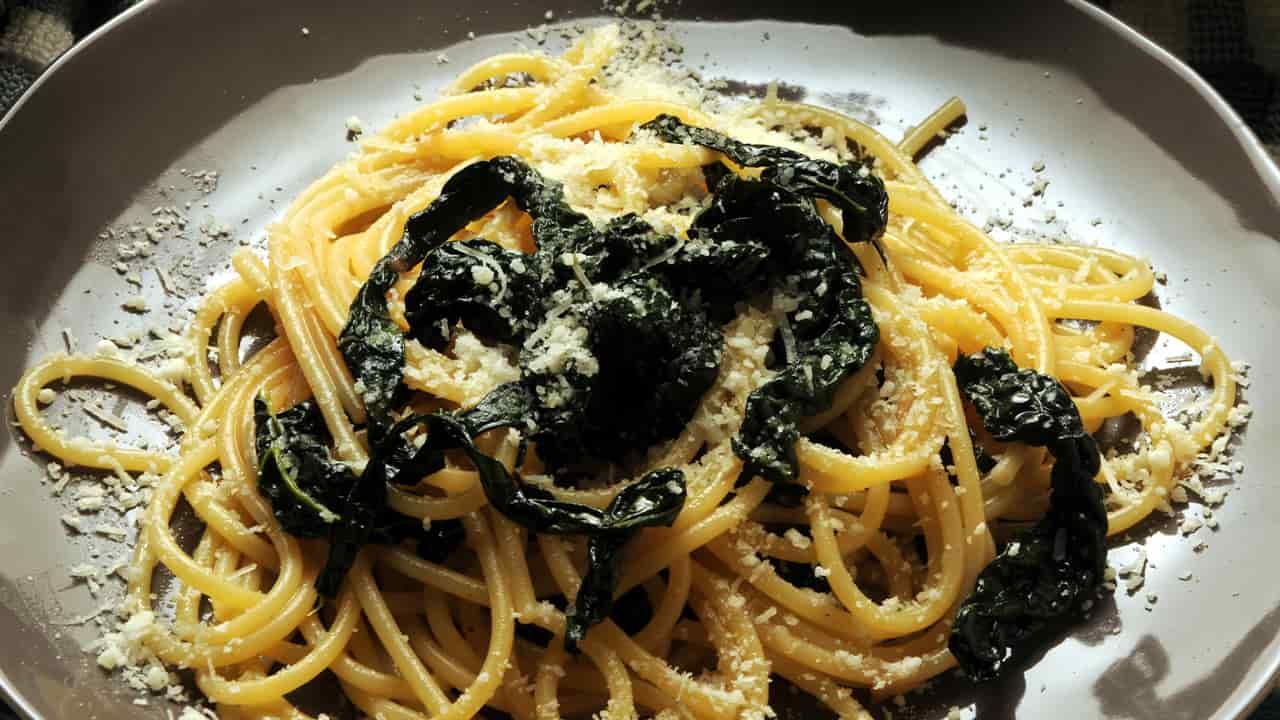 Spaghetti con cavolo nero e scalogno