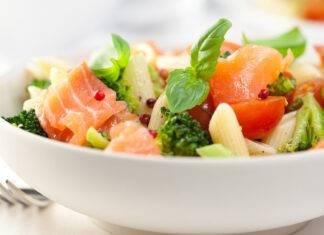 Pasta all'insalata con salmone e ricotta