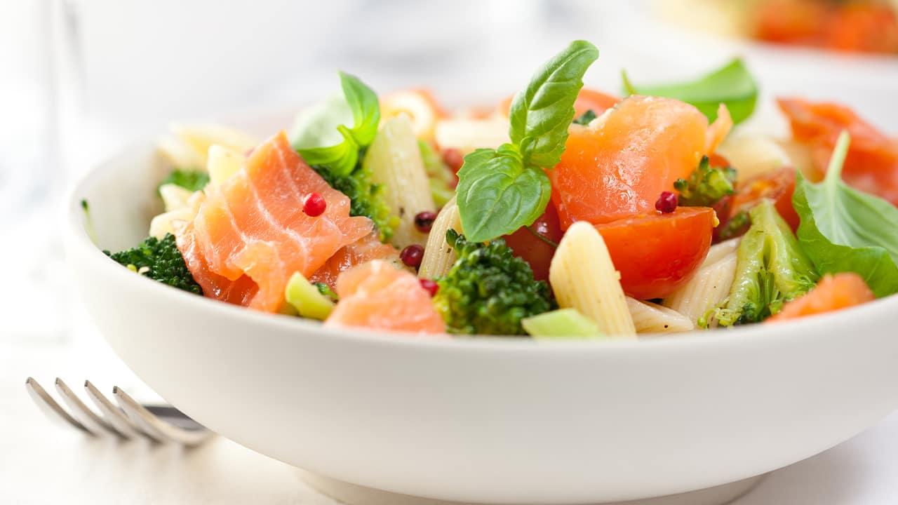 Pasta all'insalata con salmone