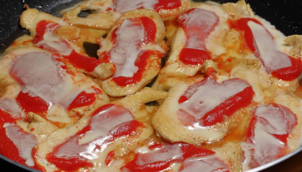 Pollo con pomodorini e scamorza alla pizzaiola in padella ricetta