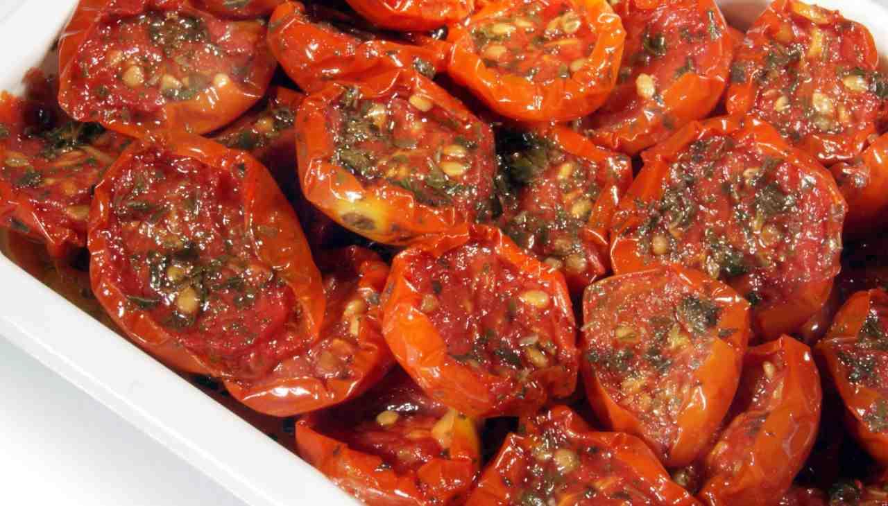 Contorno di pomodori cotti in padella e speziati