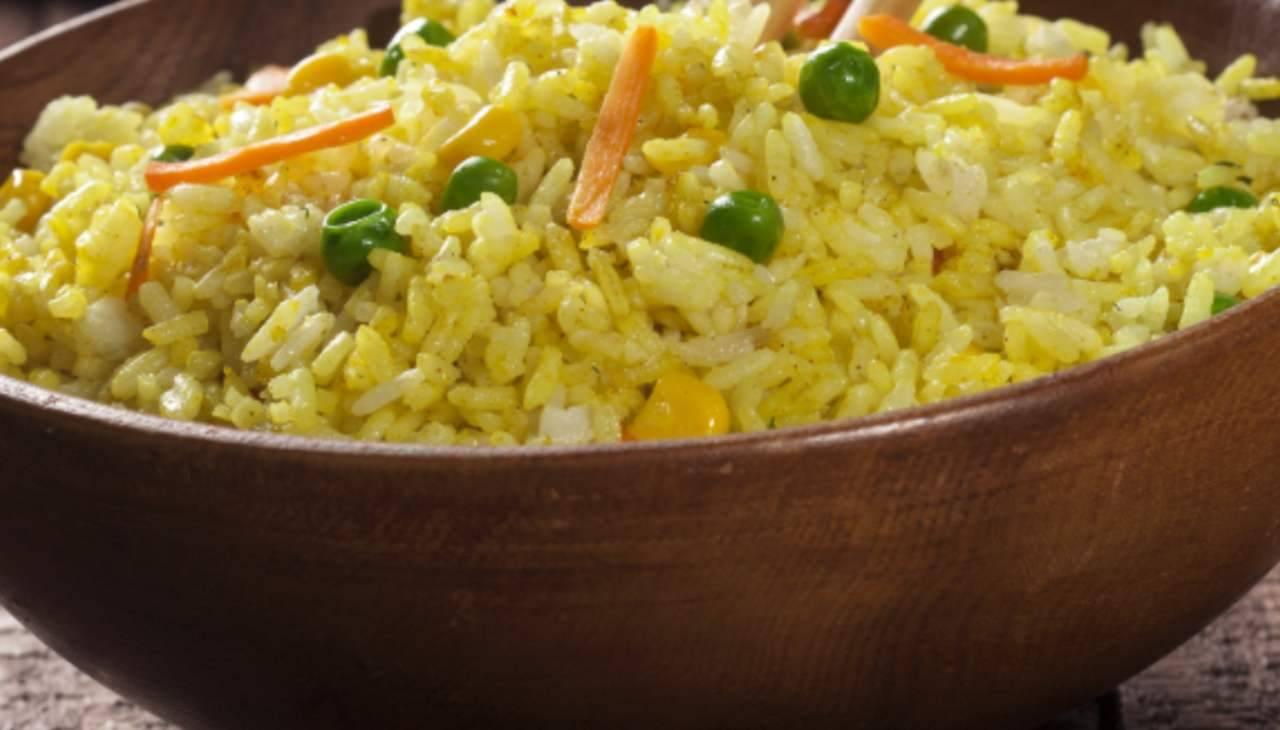 Primo con curry, piselli, carote e mais
