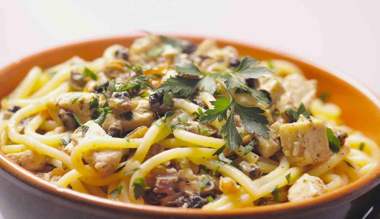 Spaghettoni con baccalà patelle e aromi