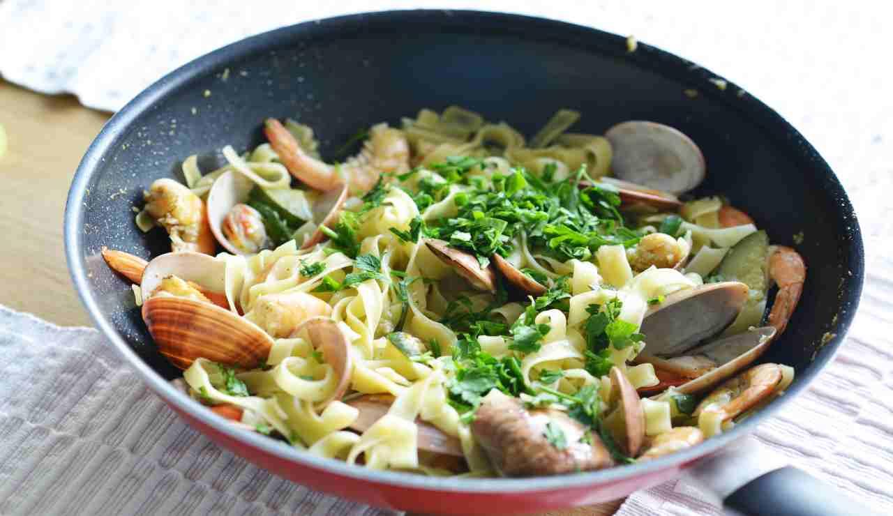 Tagliatelle con zucchine vongole e gamberetti