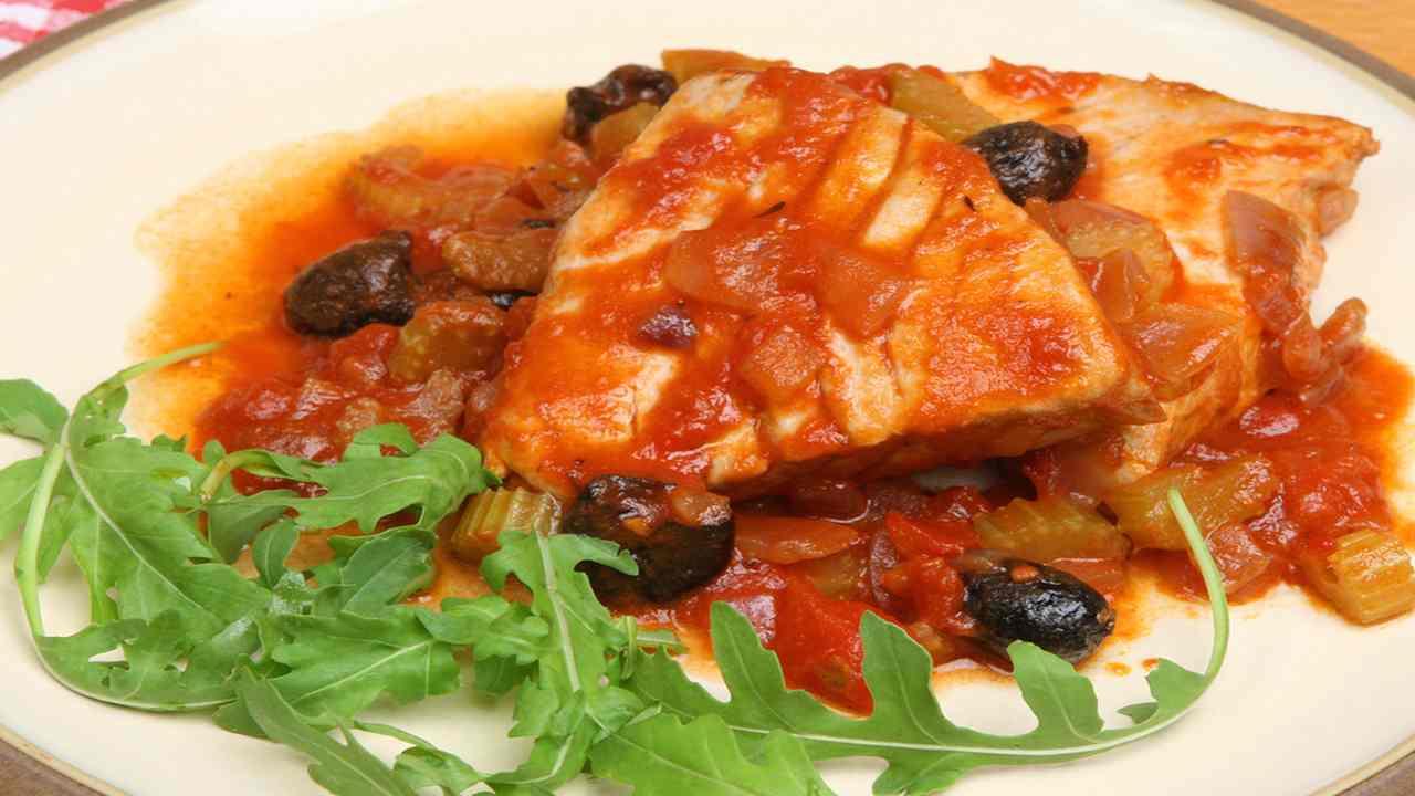 Tonno con pomodoro ed olive