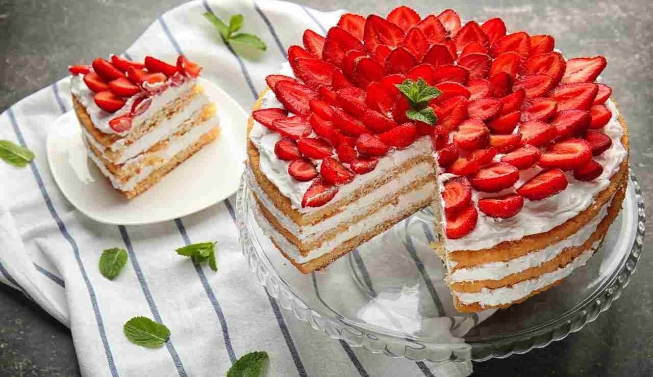 Torta viennese a strati con mascarpone e fragole