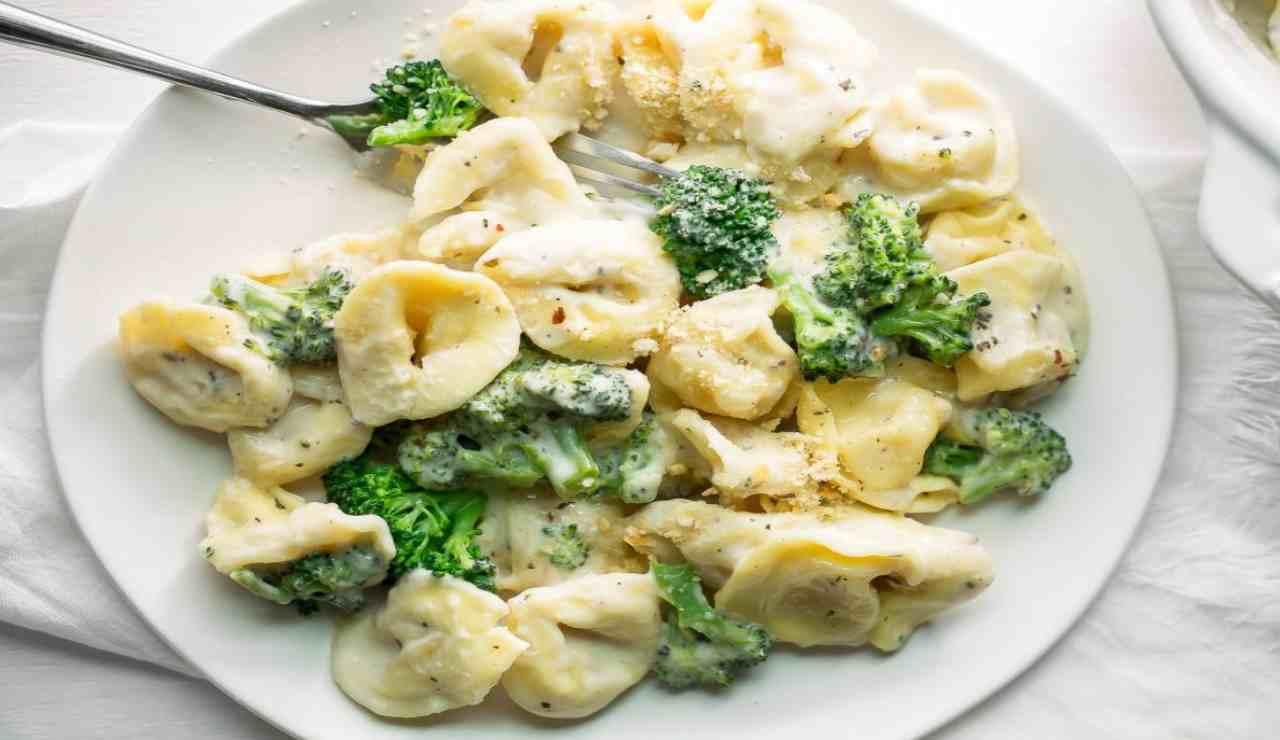 Tortellini cremosi con broccoli