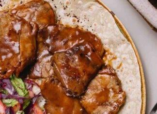 Carne rossa cotta con verdure e aromi