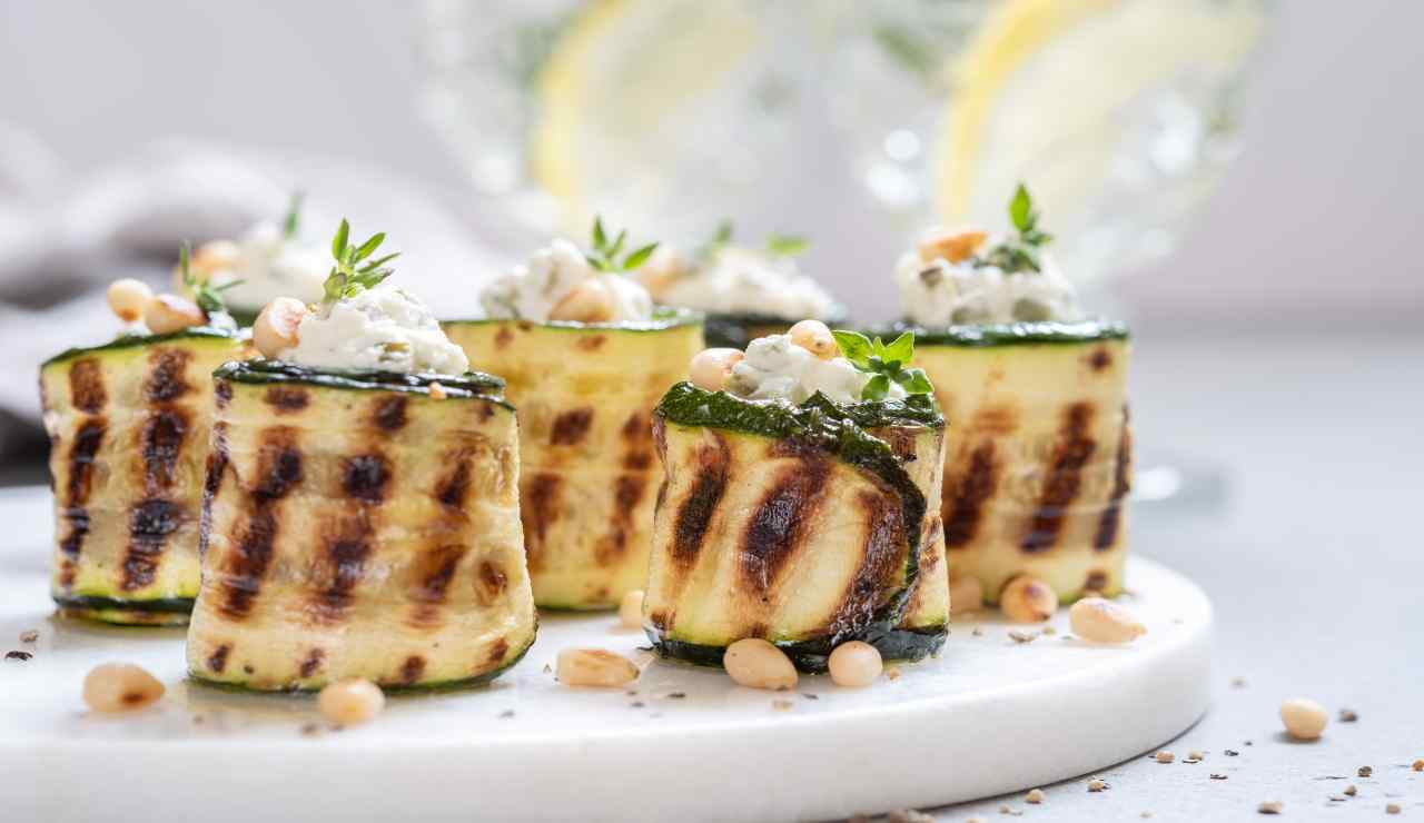 Zucchine farcite con ricotta salsicce e pinoli tostati