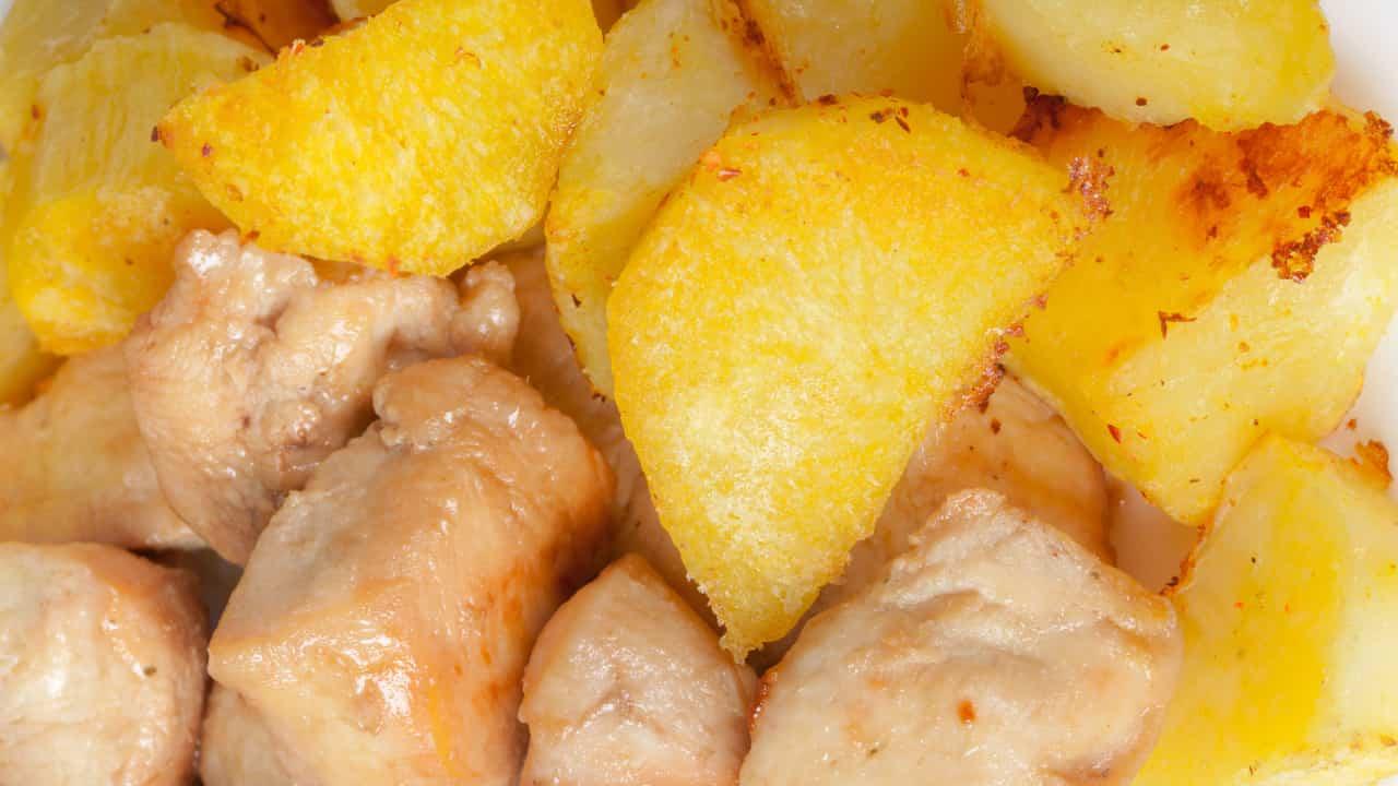 Petto di pollo a pezzetti in padella con patate