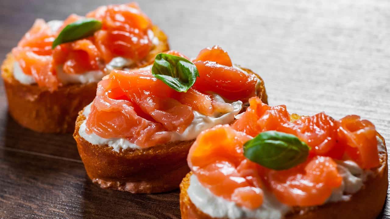 crostini con salmone e formaggio