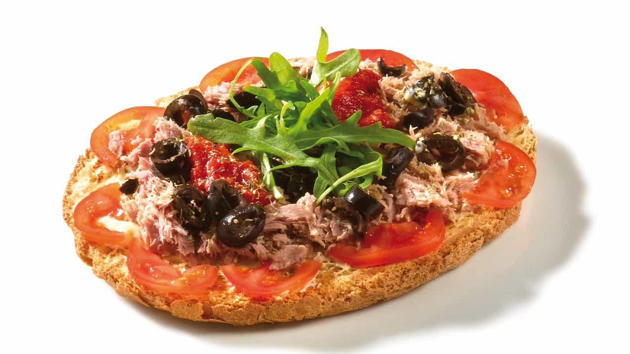 Crostini con tonno olive e capperi