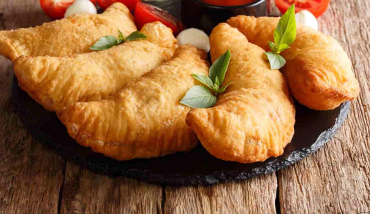 Calzoncini fritti pronti in 10 minuti con pistacchio ricotta e mortadella