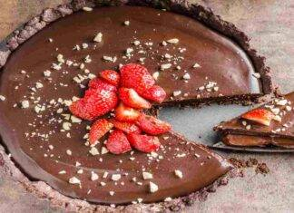 Crostata al cioccolato con caramello e fragole