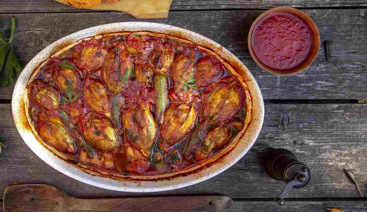 Fiori di zucchine ripieni al forno con pomodoro e basilico