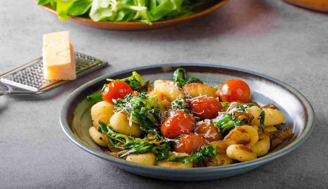 Gnocchi in padella con spinaci e cipolla