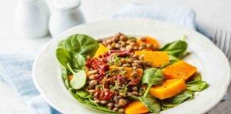 Insalata di lenticchie con zucca grigliata pomodori secchi e spinaci