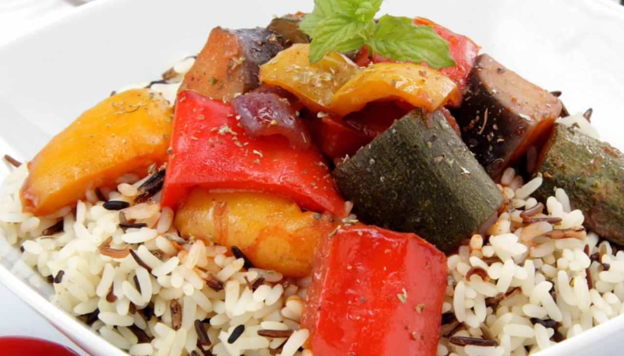 Piatto unico di riso con verdure e pesce