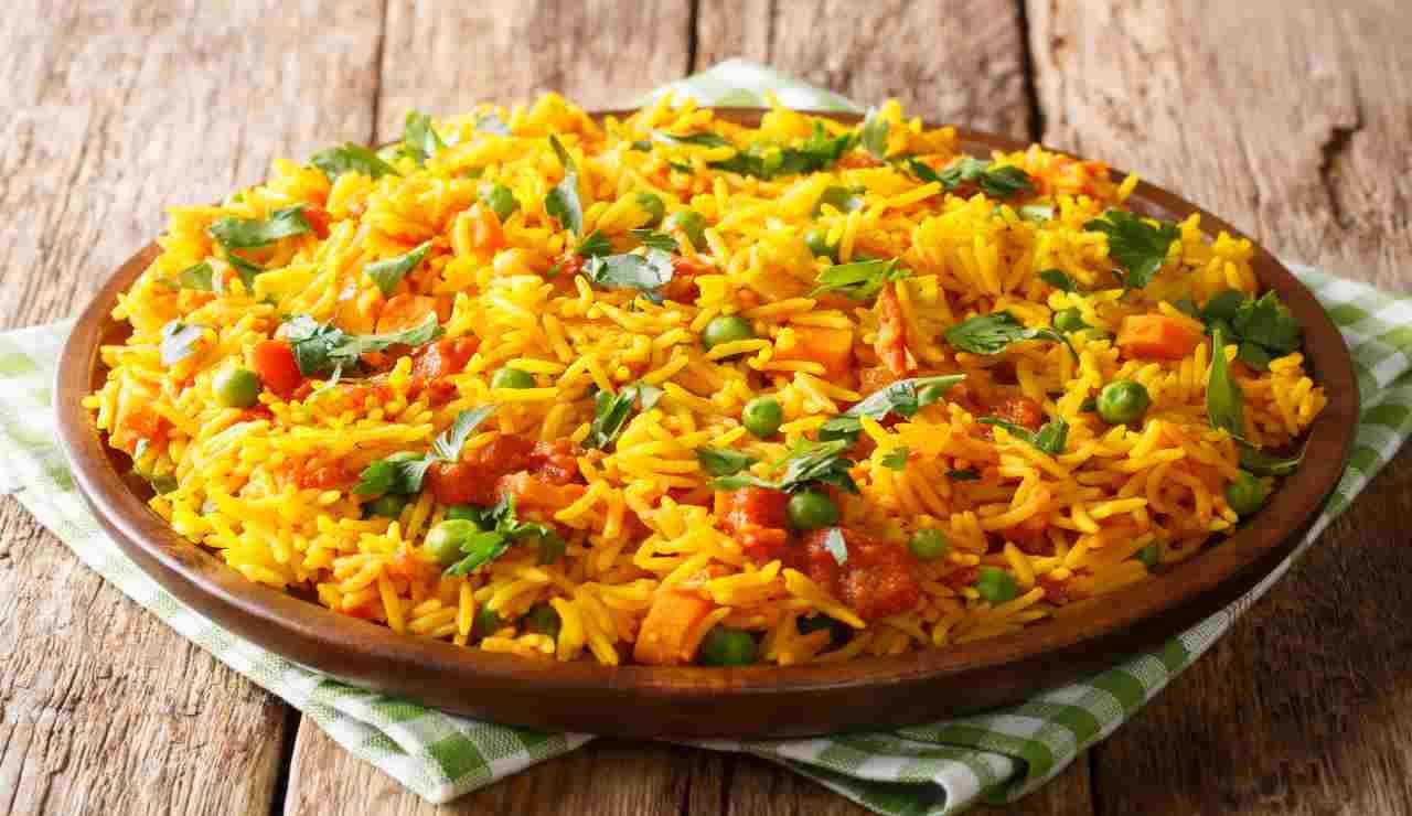 Insalata di riso indiano con zenzero zafferano e pollo
