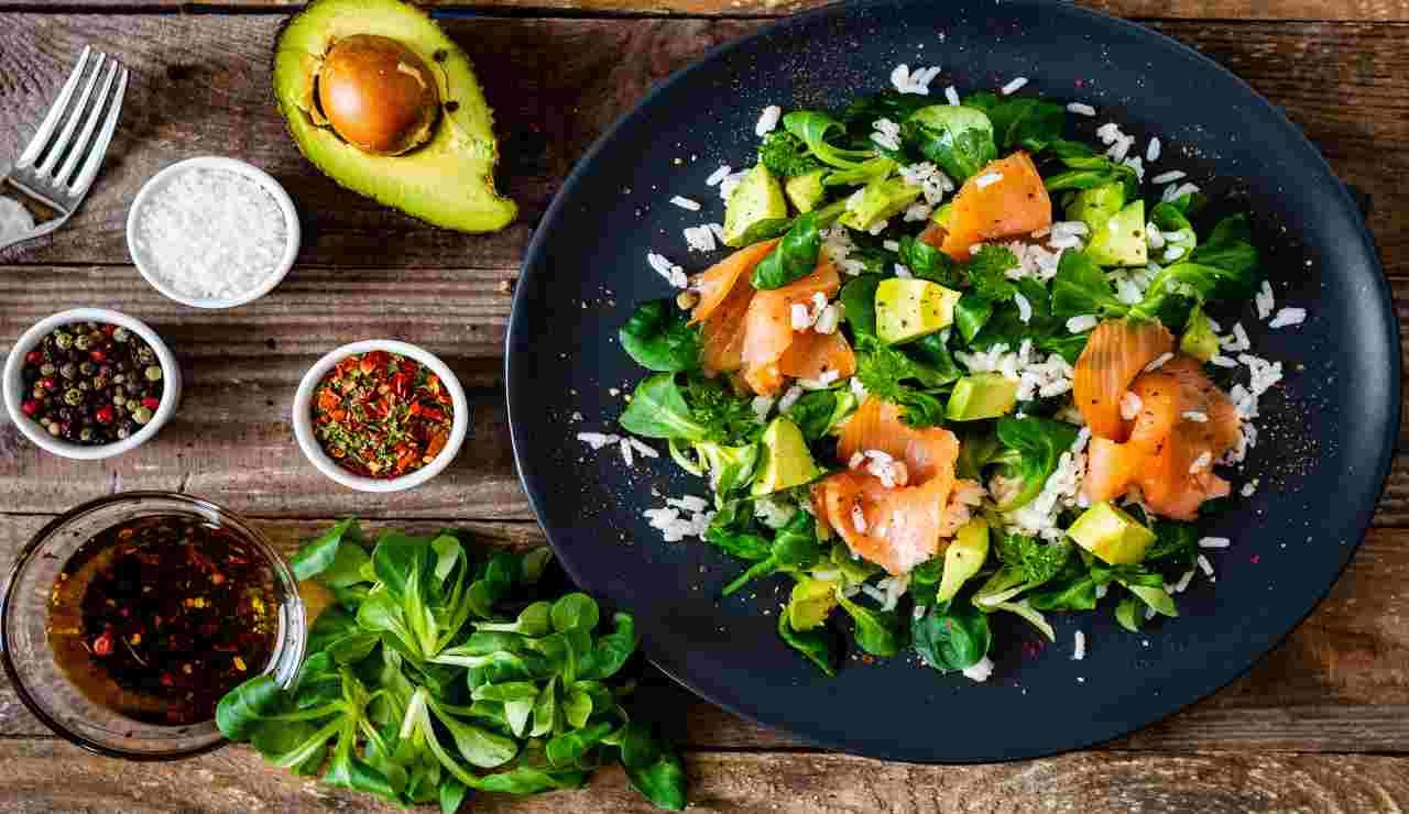 Insalata di riso salmone e avocado