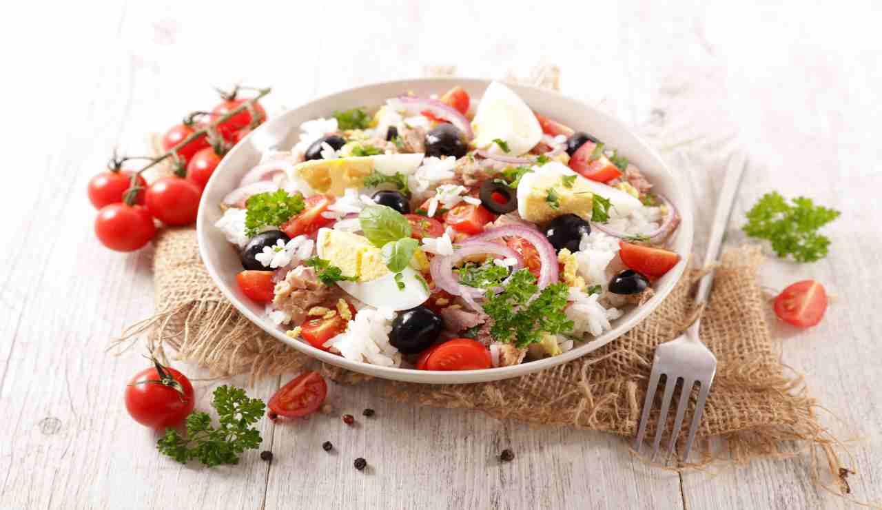 Insalatona di riso tonno uova sode e verdure