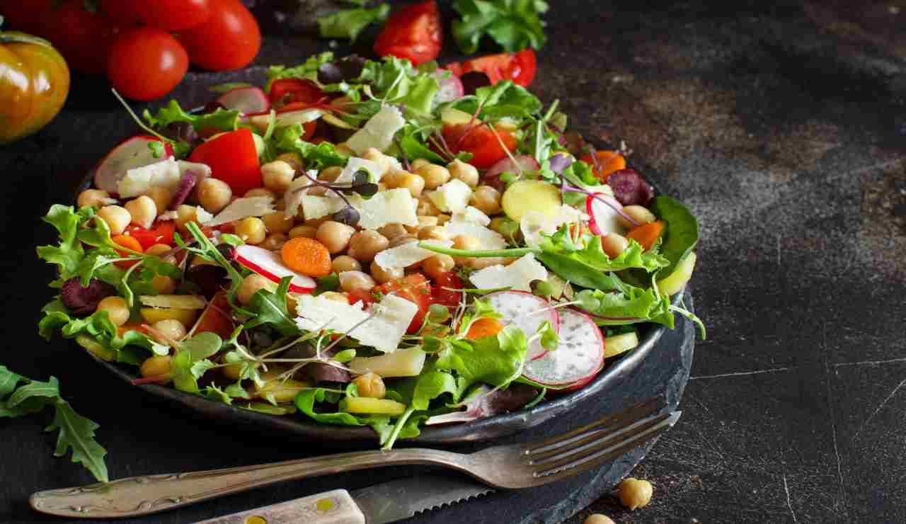 Insalatona estiva di ceci verdure e scaglie di parmigiano