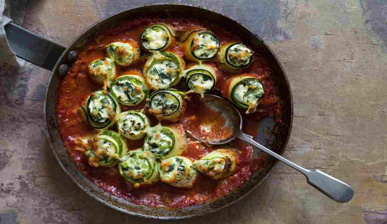 Involtini di zucchine vegetariane al pomodoro