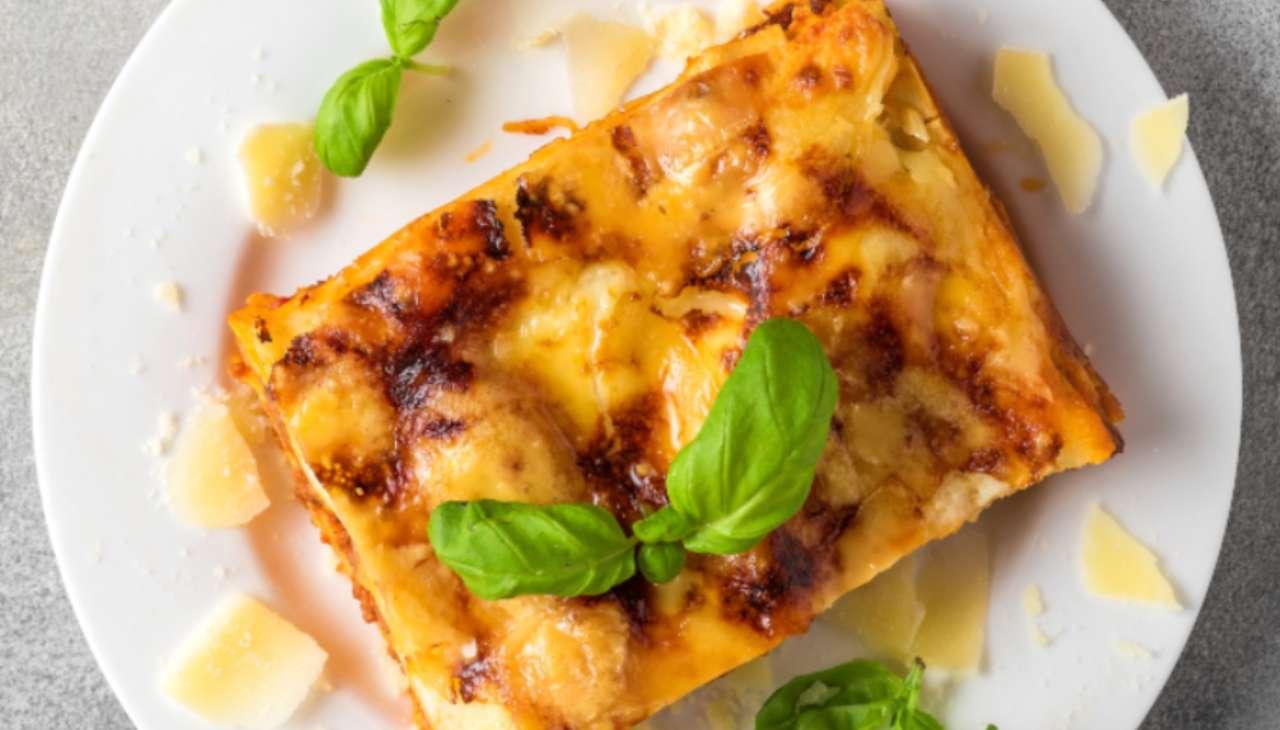Primo di pasta al forno con formaggio