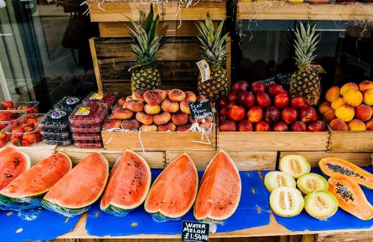 Svariati tipi di melone in vendita