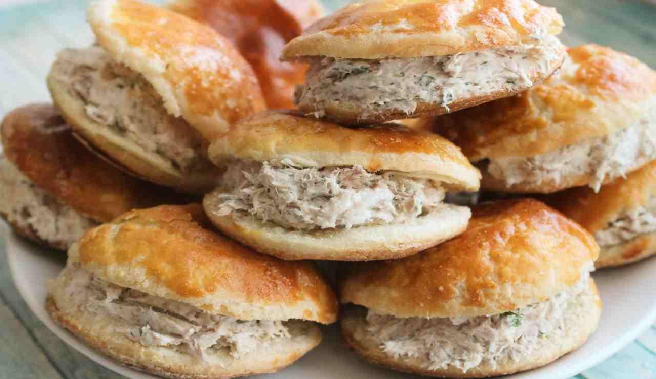 Mini panini di pasta sfoglia con tonno olive nere e philadelphia