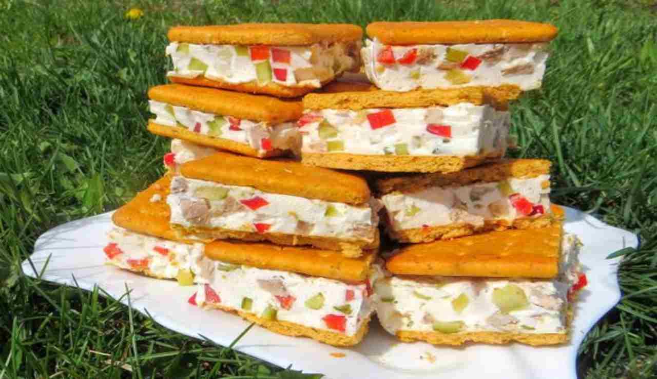 Mini sandwich di crackers verdure e formaggi