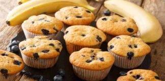 Muffin vanigliati con banana e mirtilli