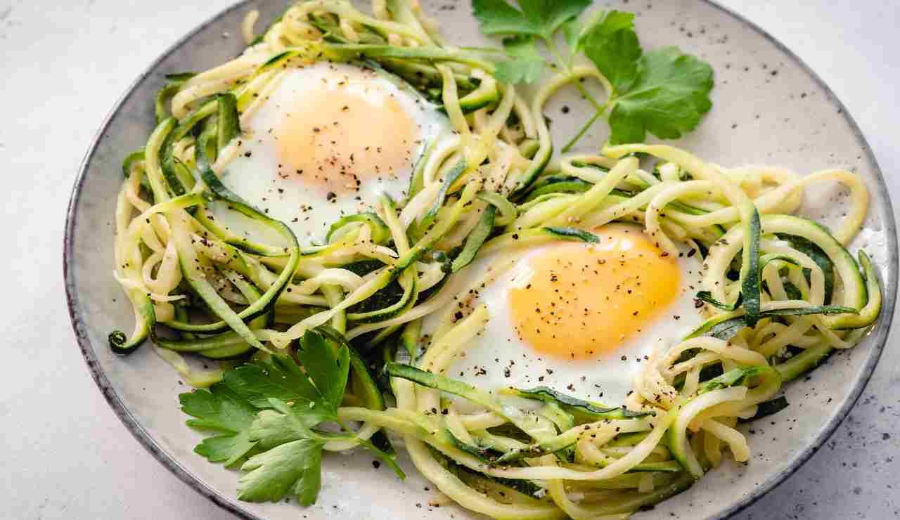 Nidi di spaghetti di zucchine con cipolle e uova
