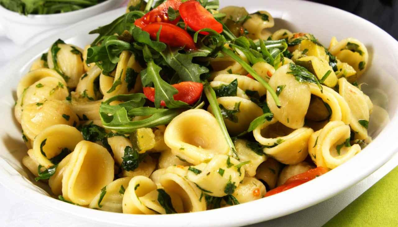 Primo di pasta con verdure e formaggio