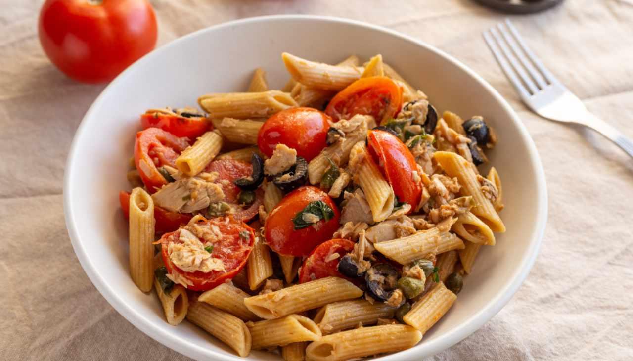 Primo con pesce, pomodoro, capperi e olive