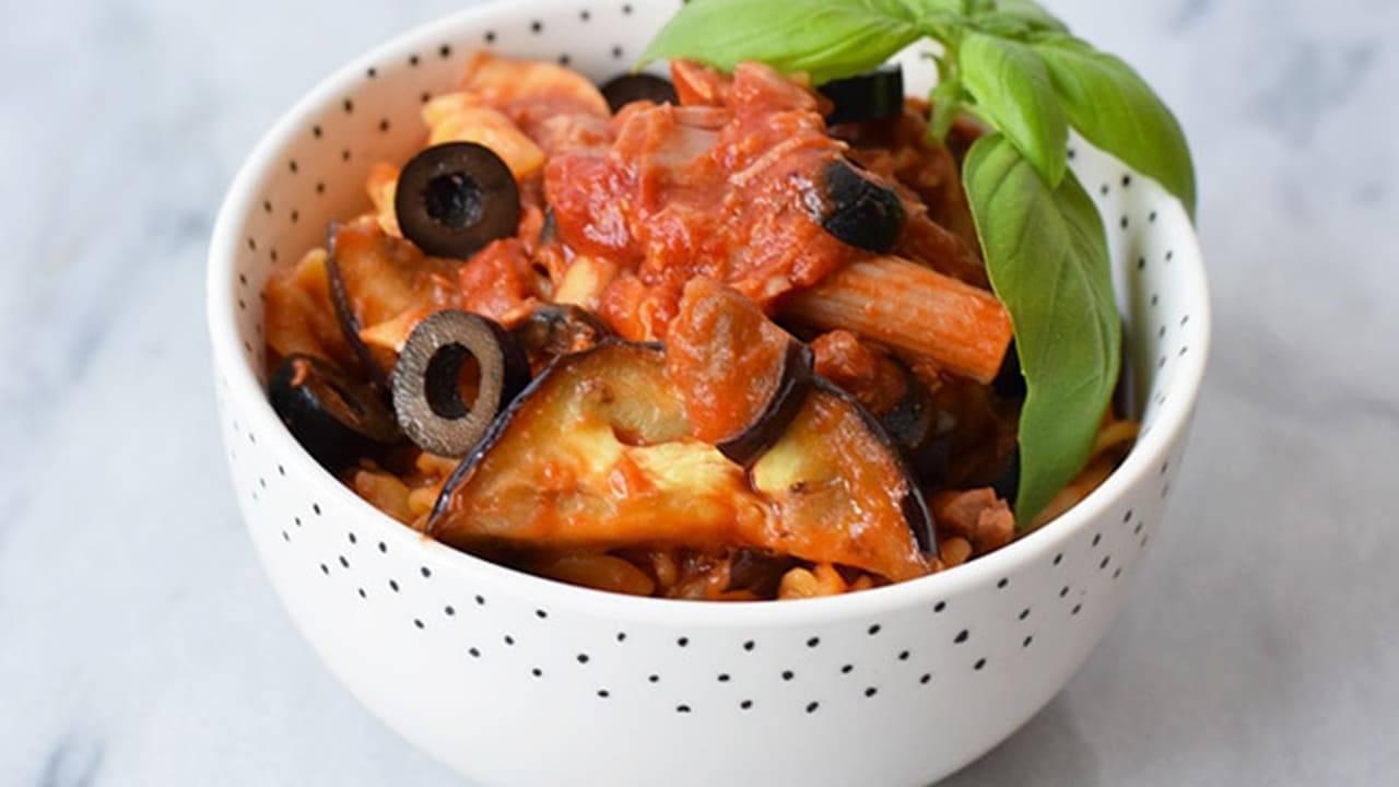 Pasta con olive tonno e melanzane