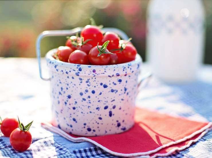 Pasta con la mollica pomodorini e olive nere ricetta