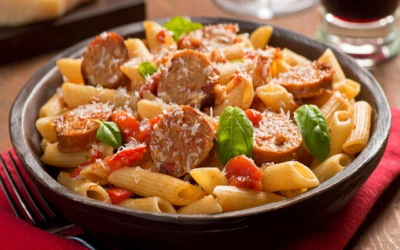 pasta peperoni salsiccia olive ricetta FOTO ricettasprint