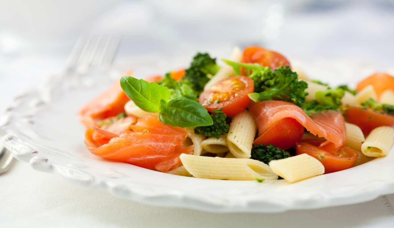 Pasta fredda broccoli e salmone