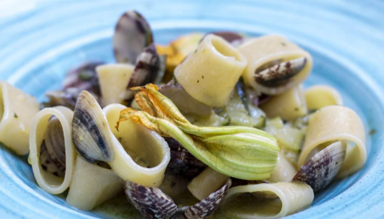 Primo di pasta con molluschi e tuberi